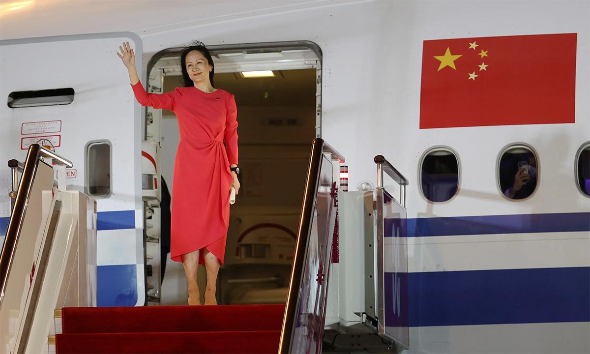 Giám đốc tài chính Huawei Mạnh Vãn Chu vẫy tay chào khi bước ra khỏi máy bay tại sân bay Bảo An Thâm Quyến, Trung Quốc ngày 25/9. Ảnh: Xinhua.