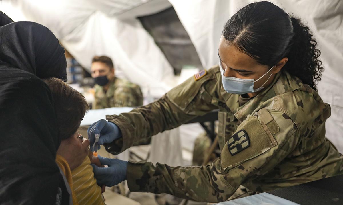 Nữ binh sĩ Mỹ tiêm vaccine cho một em bé Afghanistan tại khu phức hợp Dona Ana của căn cứ Fort Bliss ở New Mexico ngày 16/9. Ảnh: US Army.
