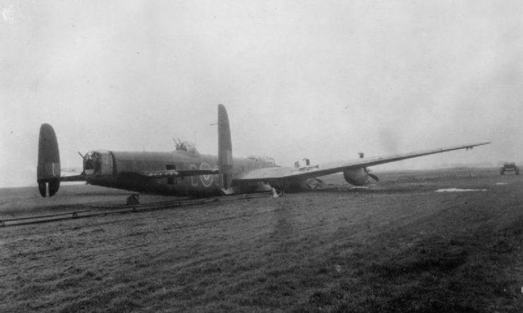 Oanh tạc cơ Lancaster hạ cánh tại Lincolnshire sau một chuyến ném bom tháng 2/1944. Ảnh: RAF.