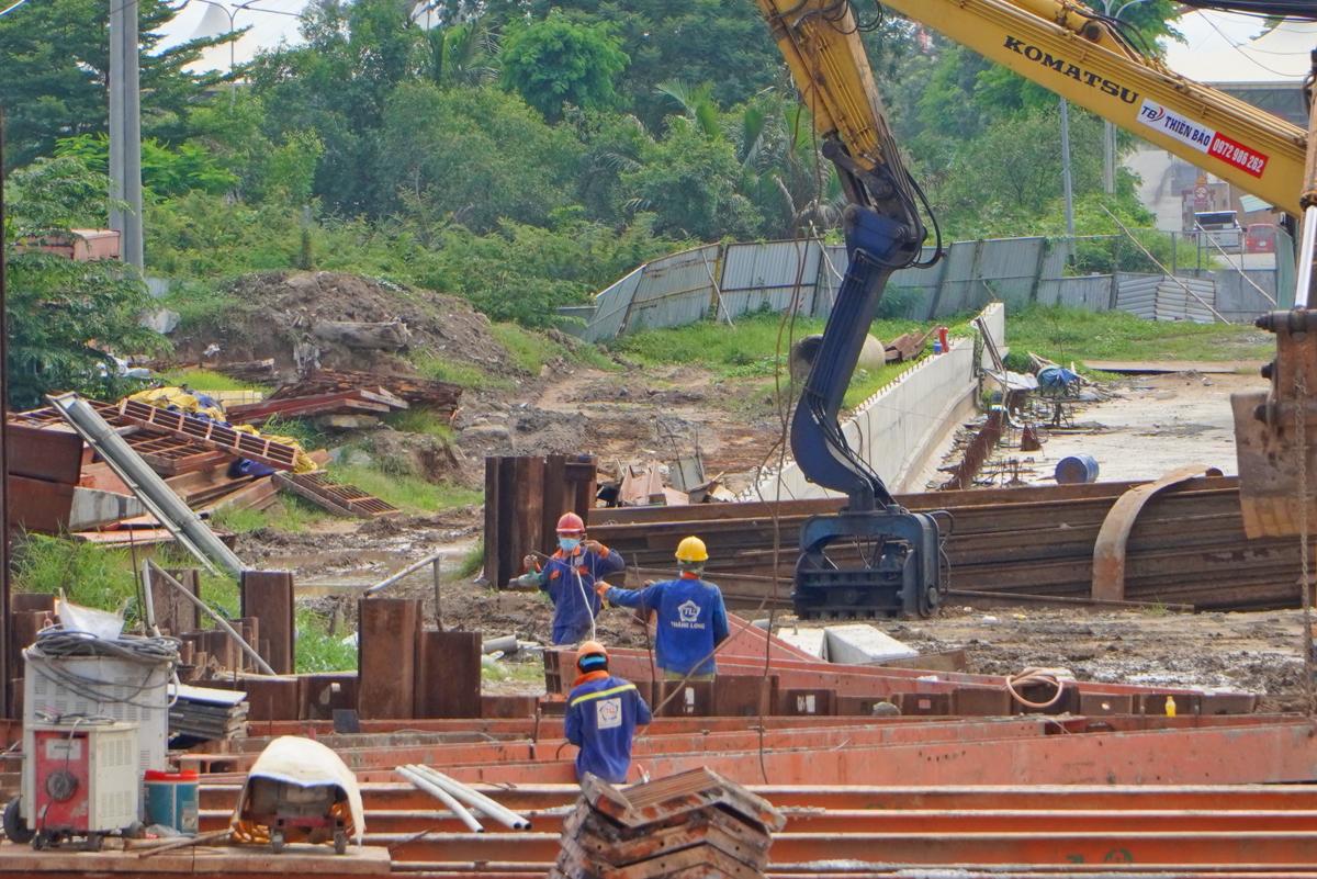 Công trường thi công hầm chui Nguyễn Văn Linh - Nguyễn Hữu Thọ, hồi giữa tháng 7. Ảnh: Gia Minh