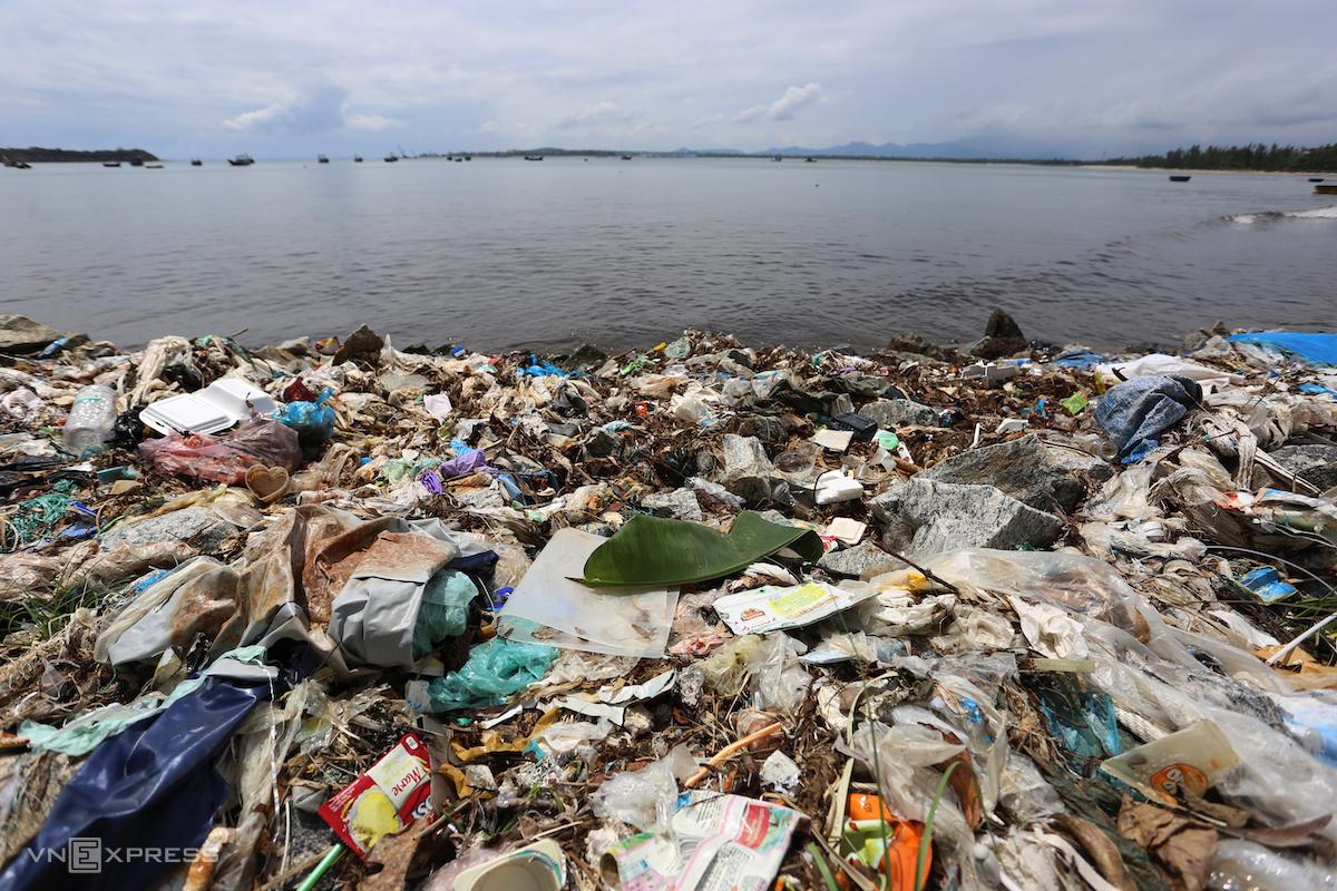 Rác thải của đủ loại bao bì trôi dạt vào bờ biển Quảng Nam. Ảnh: Đắc Thành