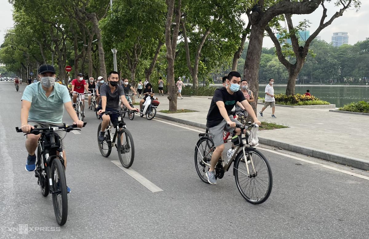 Người dân tập thể dục quanh Hồ Gươm trước thời điểm giãn cách xã hội. Ảnh: Giang Huy.