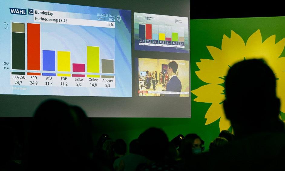 Người ủng hộ đảng Xanh theo dõi kết quả bầu cử hôm 26/9. Ảnh: AFP.