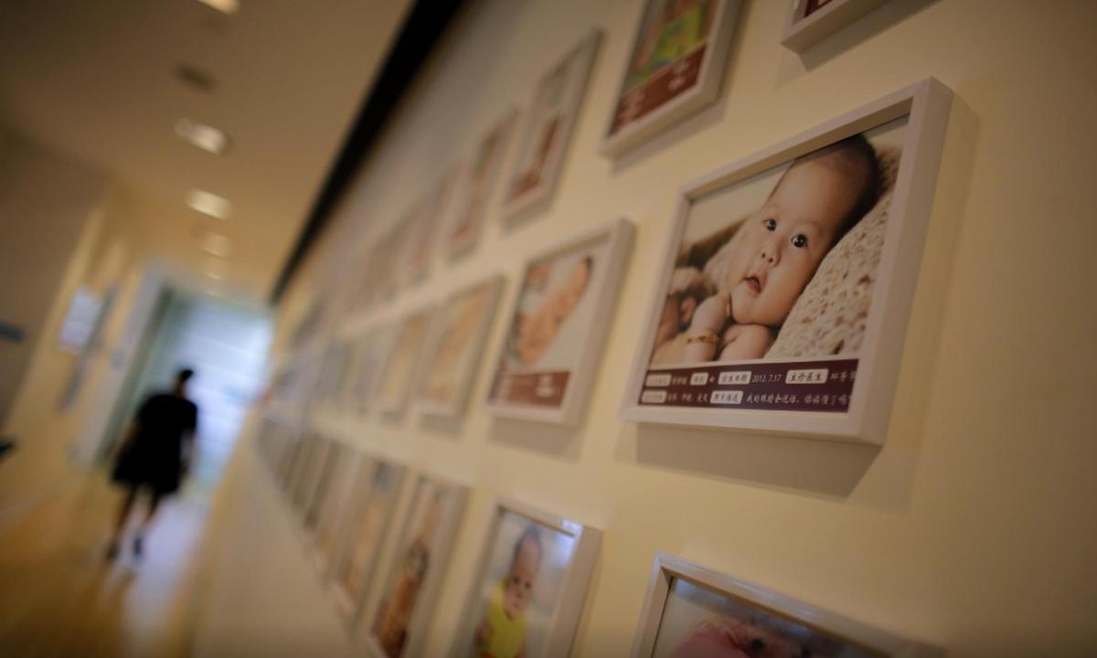 Tranh các em bé chào đời treo trên tường một bệnh viện phụ sản tại Thượng Hải, Trung Quốc, năm 2014. Ảnh: Reuters
