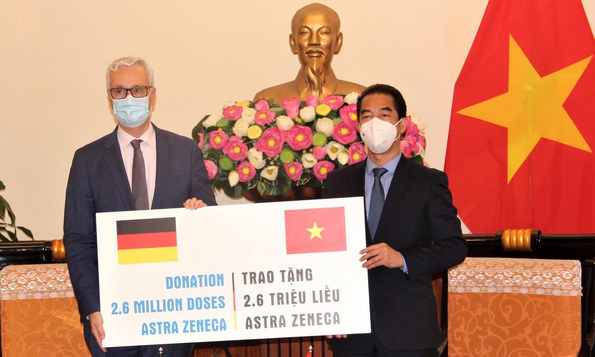 Đại sứ Hildner (trái) và Thứ trưởng Tô Anh Dũng trong lễ trao tặng vaccine hôm nay. Ảnh: Đại sứ quán Đức tại Việt Nam.