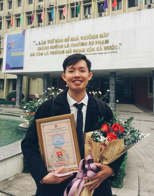 Quốc nhận giải thưởng 26/3 cho cá nhân có thành tích xuất sắc trong công tác Đoàn và phong trào Thanh niên tại Đại học Sư phạm Hà Nội. Ảnh: Nhân vật cung cấp