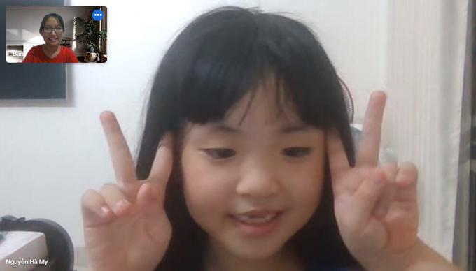 Hà My vui vẻ trò chuyện và tương tác với cô Ngọc trong một buổi gia sư online. Ảnh: Nhân vật cung cấp