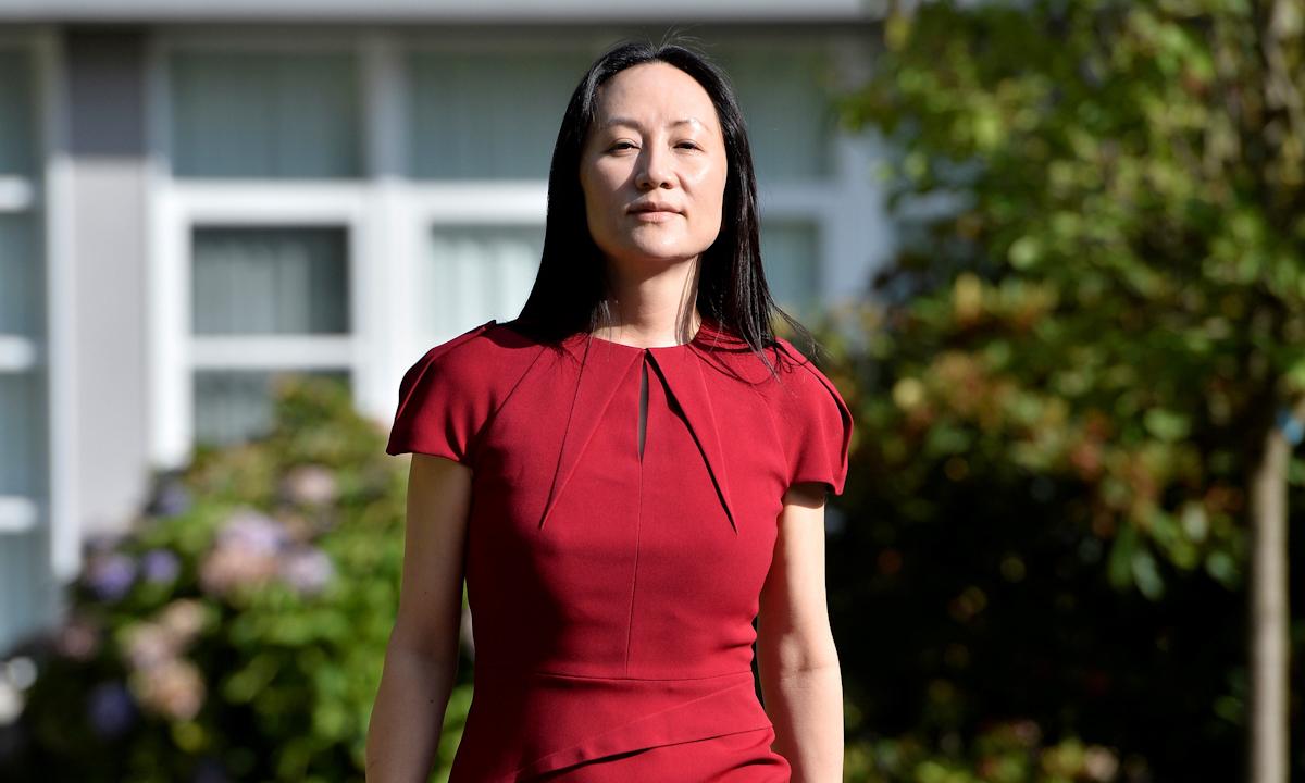 Giám đốc tài chính Huawei rời nhà tới phiên tòa ở Vancouver, Canada, hôm 10/8. Ảnh: Reuters.