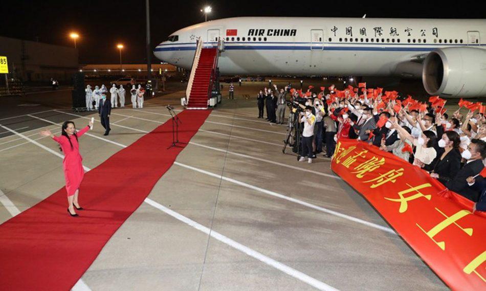 Mạnh Vãn Chu được đám đông chào đón tại sân bay quốc tế Bảo An, Thâm Quyến tối 26/9. Ảnh: Xinhua.