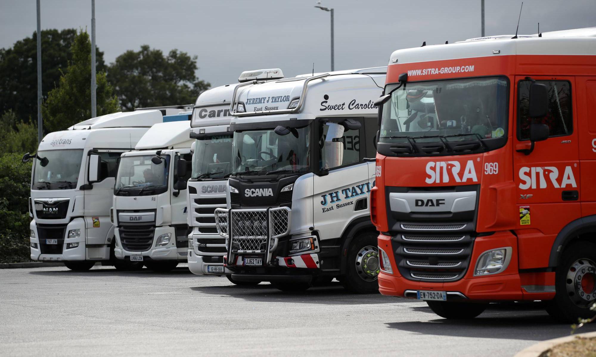 Các xe tải tại một bãi đậu xe trên cao tốc ở Cobham, Anh, hôm 31/8. Ảnh: Reuters.