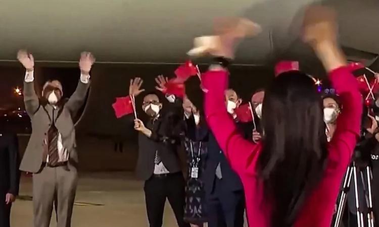 Lưu Hiểu Tông, chồng Mạnh Vãn Chu, vẫy tay chào đón vợ tại Sân bay Quốc tế Bảo An, Thâm Quyến, tối 25/9. Ảnh: SCMP.