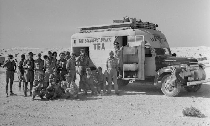 Một trong những xe pha trà cho binh sĩ Anh tại chiến trường Bắc Phi năm 1942. Ảnh: WATM.