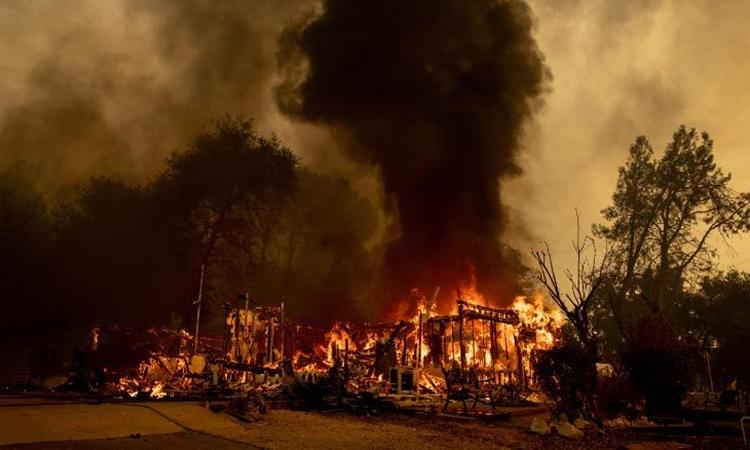 Đám cháy Fawn thiêu rụi một ngôi nhà ở thành phố Redding, phía bắc bang California. Ảnh: AP