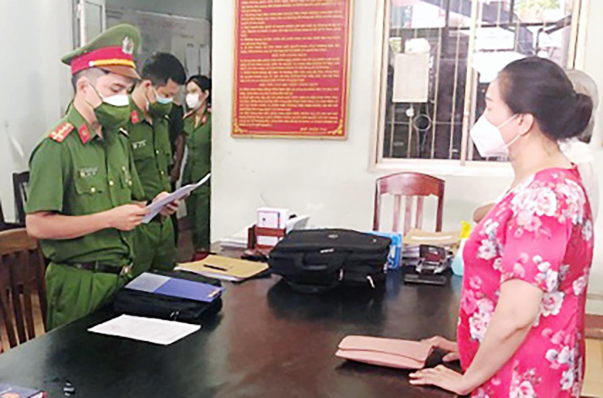 quyết định khởi tố, bắt tạm giam bà Ngô Thị Điều. Ảnh: VKSND Phú Yên.