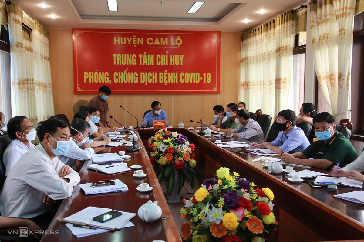 Ban chỉ đạo phòng chống dịch Covid-19 huyện Cam Lộ họp khẩn xử lý tình huống nhiều F1 là học sinh mầm non, tiểu học. Ảnh: Quang Hà