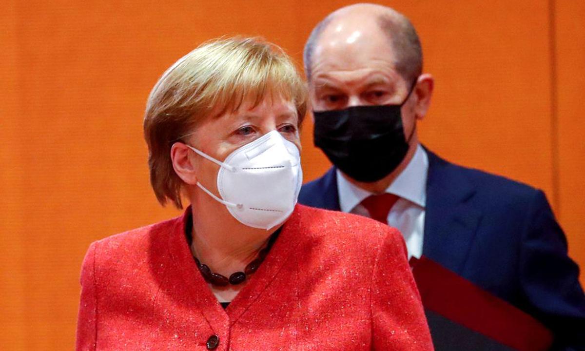 Thủ tướng Angela Merkel và Olaf Scholz tại cuộc họp nội các ở Berlin hôm 20/1. Ảnh: Reuters.