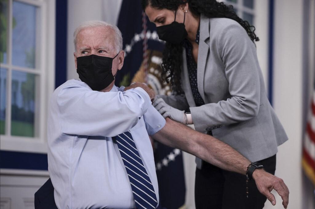 Tổng thống Biden tiêm liều vaccine tăng cường tại Nhà Trắng hôm 27/9. Ảnh: AFP.