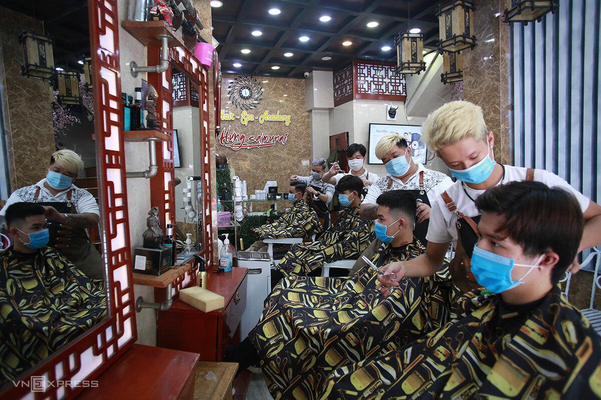 Các tiệm tóc ở Đà Nẵng cũng được mở trở lại. Ảnh: Nguyễn Đông