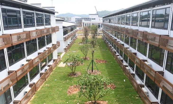 Cây xanh và bãi cỏ ngăn cách hai dãy nhà trong khu phức hợp phục vụ khách quốc tế đến Trung Quốc, ở thành phố Quảng Châu, tỉnh Quảng Đông, hôm 17/9. Ảnh: AP