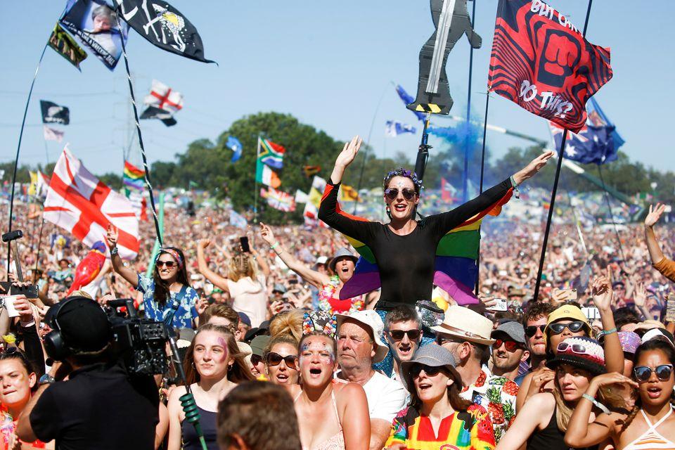 Những người tham dự lễ hội âm nhạc Glastonbury ở Somerset, Anh năm 2019. Ảnh: Reuters.