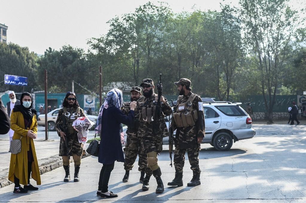 Các thành viên Taliban ngăn nhóm người biểu tình bên ngoài trường trung học ở Kabul, Afghanistan, hôm 30/9. Ảnh: AFP.