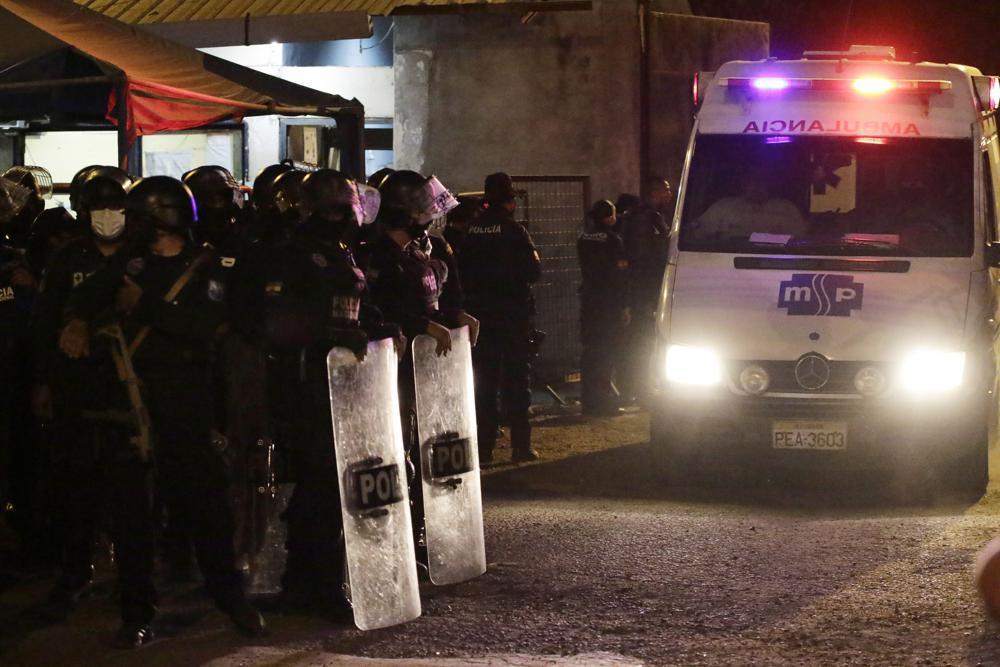 Xe cấp cứu rời khỏi nhà tù ở Guayaquil, Ecuador, hôm 28/9. Ảnh: AP.