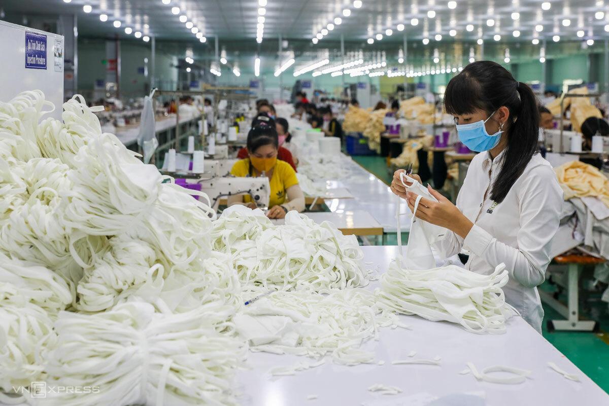 Công nhân ở Long An sản xuất khẩu trang vải mùa dịch. Ảnh: Như Quỳnh