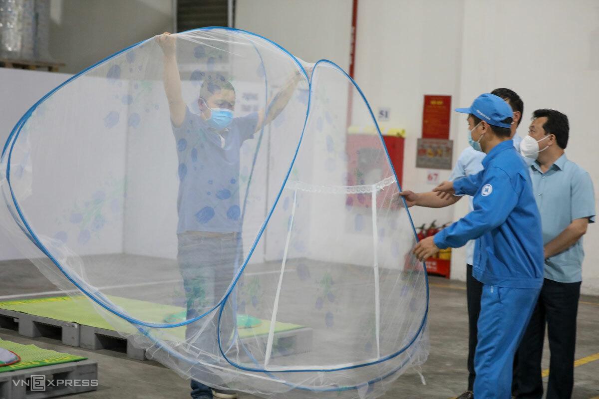 Nhà máy ở Bắc Ninh chuẩn bị cho công nhân ba tại chỗ trong đợt dịch hồi tháng 5/2021. Ảnh: Ngọc Thành