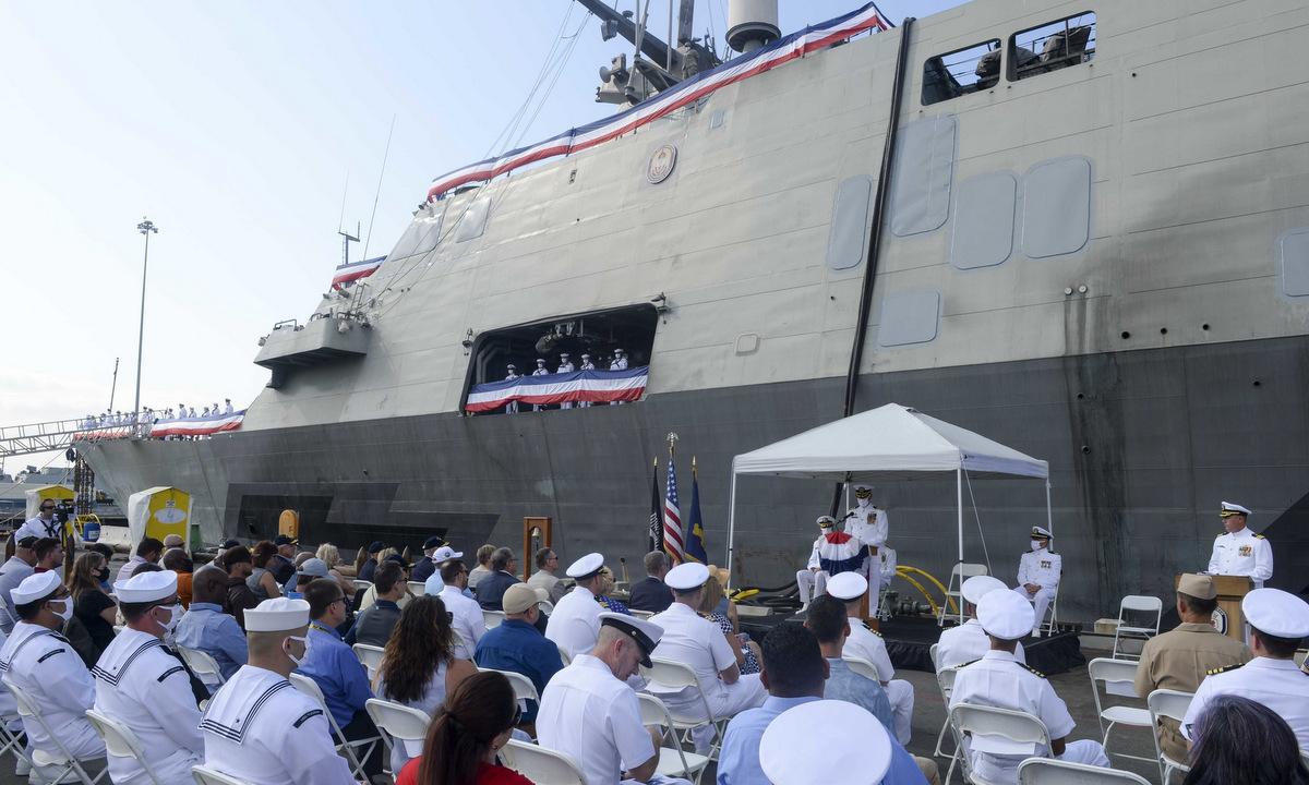 Tàu USS Freedom và thủy thủ đoàn trong lễ loại biên ở căn cứ San Diego hôm 29/9. Ảnh: US Navy.