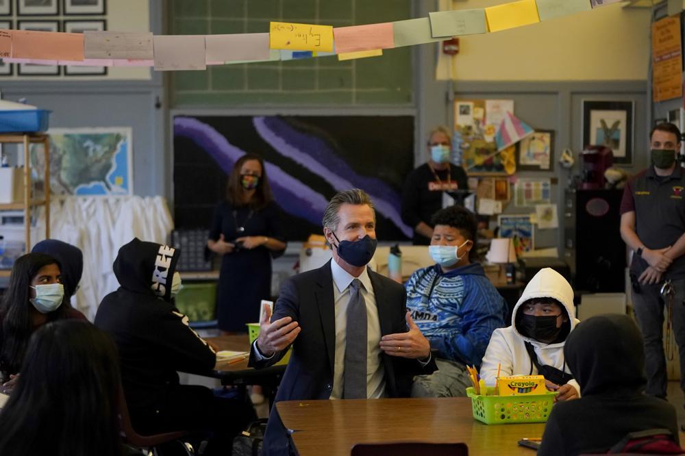 Thống đốc California Gavin Newsom nói chuyện với các học sinh tại San Francisco hôm 1/10. Ảnh: AP.