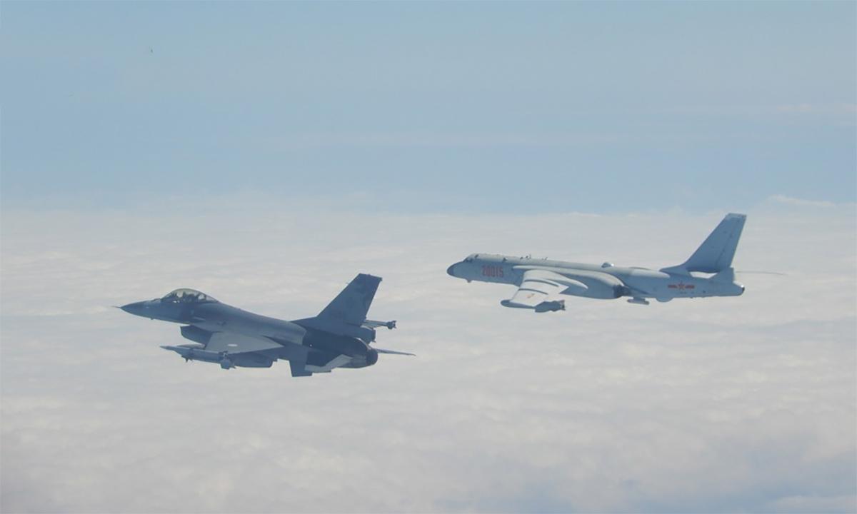Tiêm kích F-16 của đảo Đài Loan (trái) giám sát oanh tạc cơ H-6 Trung Quốc đại lục hồi năm 2020. Ảnh: Cơ quan phòng vệ Đài Loan.