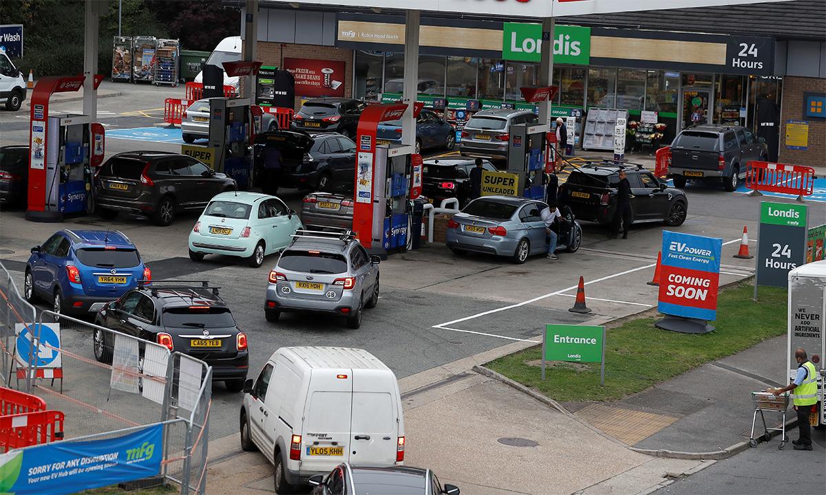 Ôtô xếp hàng chờ mua nhiên liệu ở một trạm xăng tại London, Anh ngày 25/9. Ảnh:Reuters.