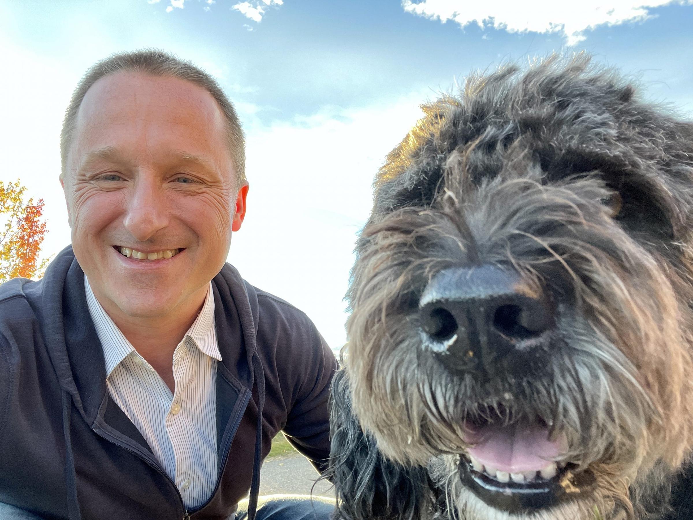 Michael Spavor chụp ảnh cùng chó cưng sau khi trở về Canada. Ảnh: Bộ Các vấn đề Toàn cầu Canada.