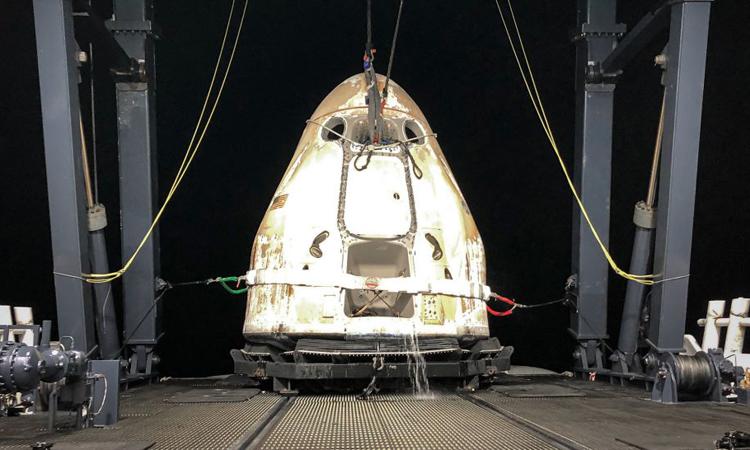 Tàu Dragon CRS-23 được đưa lên tàu thủy sau khi lao xuống Đại Tây Dương. Ảnh: SpaceX