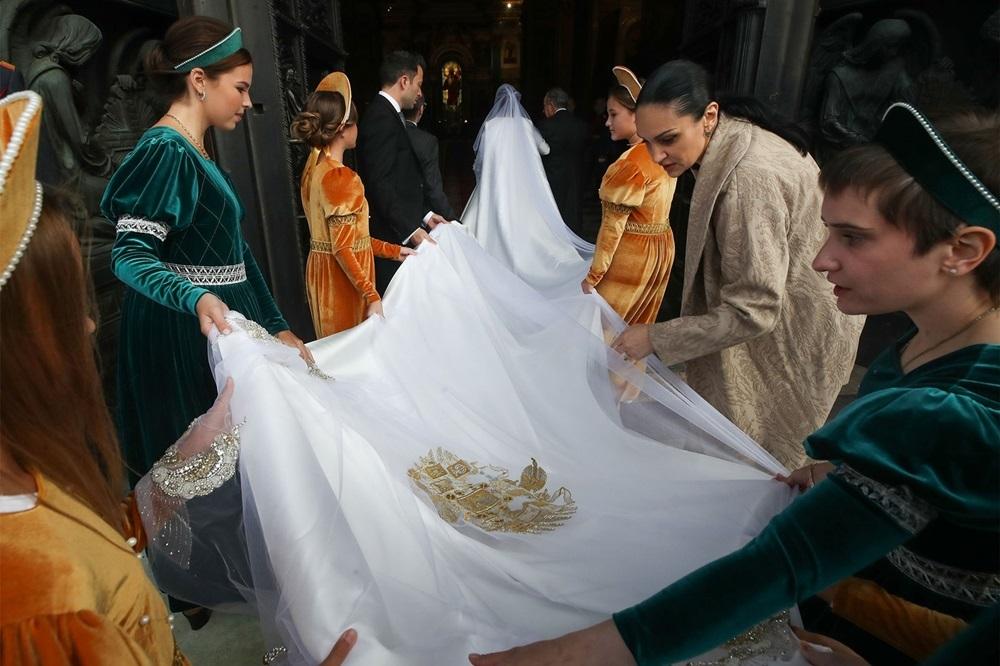 Váy cưới dài 6 mét thêu hình đại bàng. Ảnh: TASS