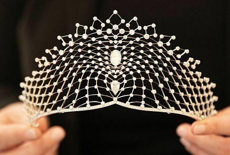 Vương miện đính kim cương mà cô dâu Bettarini đội trong lễ cưới. Ảnh: