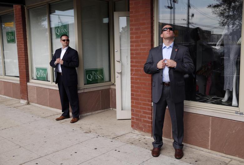 Các mật vụ đeo kính đen, dò xét xung quanh trong một chuyến đi của Tổng thống Barack Obama năm 2014. Ảnh: Reuters