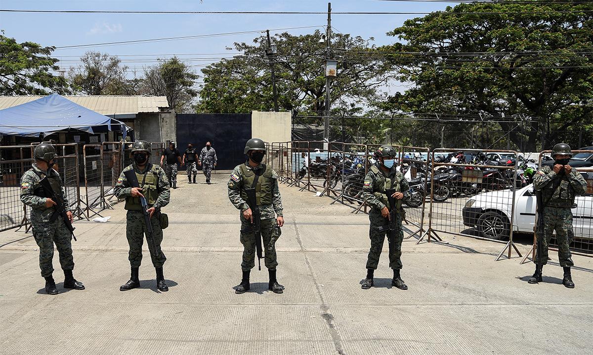 Binh sĩ Ecuador canh gác bên ngoài nhà tù Litoral ở thành phố Guayaquil ngày 1/10. Ảnh: Reuters.