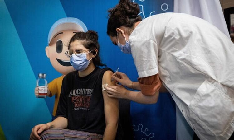 Một phụ nữ được tiêm vaccine Covid-19 ở Jerusalem ngày 30/9. Ảnh: Flash90.