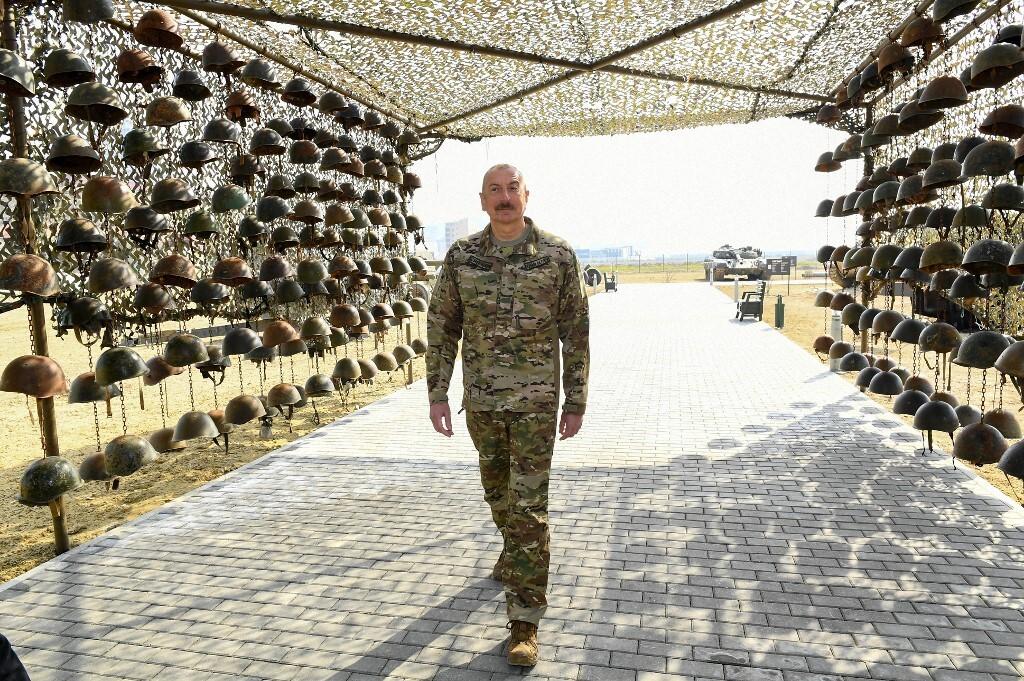Tổng thống Azerbaijan Ilham Aliyev thăm nơi trưng bày thiết bị quân sự thu giữ từ quân đội Armenia ở thủ đô Baku hồi tháng 4. Ảnh: AFP.