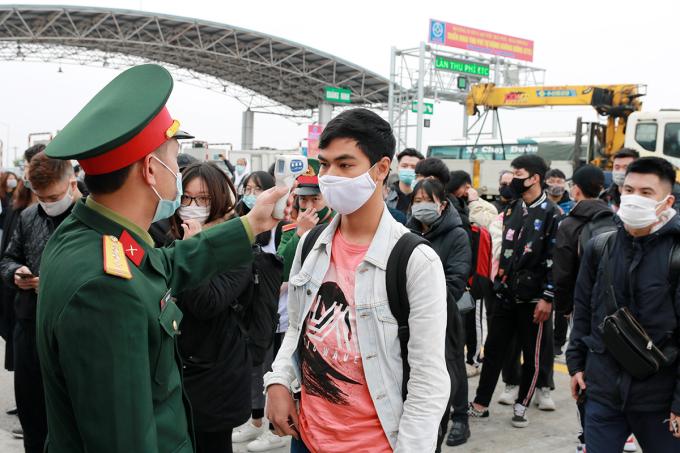 Lực lượng chức năng kiểm soát người ra vào TP Hải Phòng trên cao tốc Hà Nội - Hải Phòng, tháng 2/2021. Ảnh: Giang Chinh