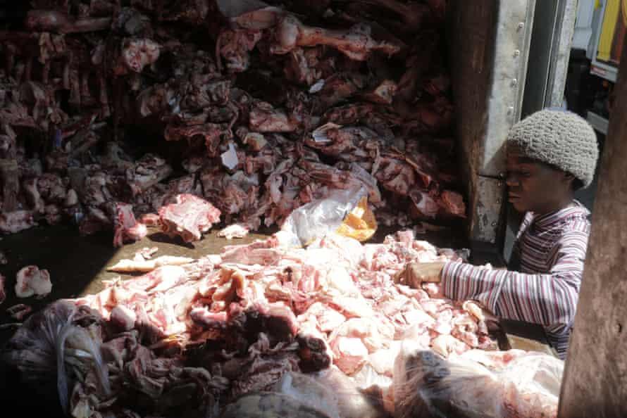 Một phụ nữ bới tìm thịt vụn trong đống xương bỏ đi ở Rio de Janeiro tuần trước. Ảnh: Domingos Peixoto