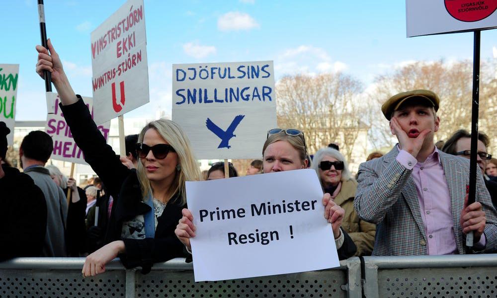 Người dân tại thủ đô Reykjavik của Iceland biểu tình phản đối cựu thủ tướng Sigmundur David Gunnlaugsson vào tháng 4/2016, sau vụ rò rỉ Hồ sơ Panama. Ảnh: Reuters.