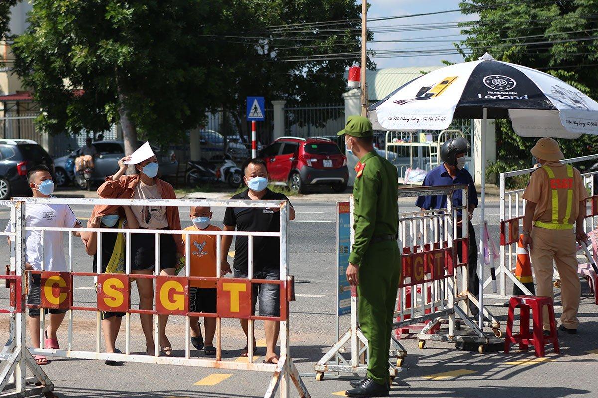 Lực lượng chức năng kiểm soát người ra vào thành phố Đà Nẵng, tại chốt cửa ngõ Hòa Phước (giáp tỉnh Quảng Nam), ngày 29/9. Ảnh: Nguyễn Đông