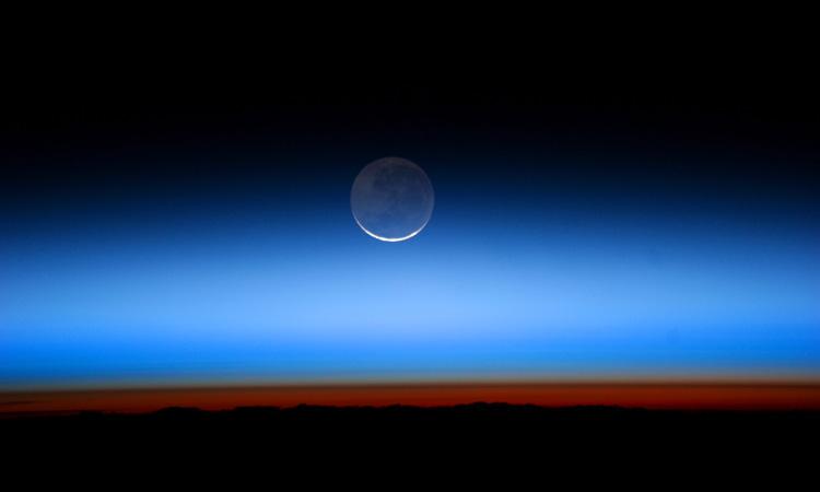 Ảnh chụp từ Trạm Vũ trụ Quốc tế năm 2011 cho thấy hiện tượng ánh đất trên Mặt Trăng. Ảnh: NASA