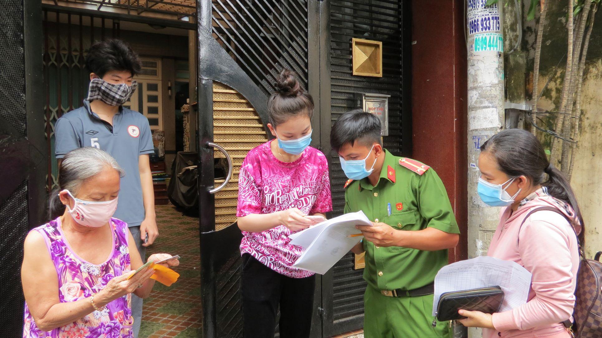 Tổ công tác khu phố 10, phường 14, quận Gò Vấp chi tiền cho hộ dân. Ảnh: Lê Tuyết