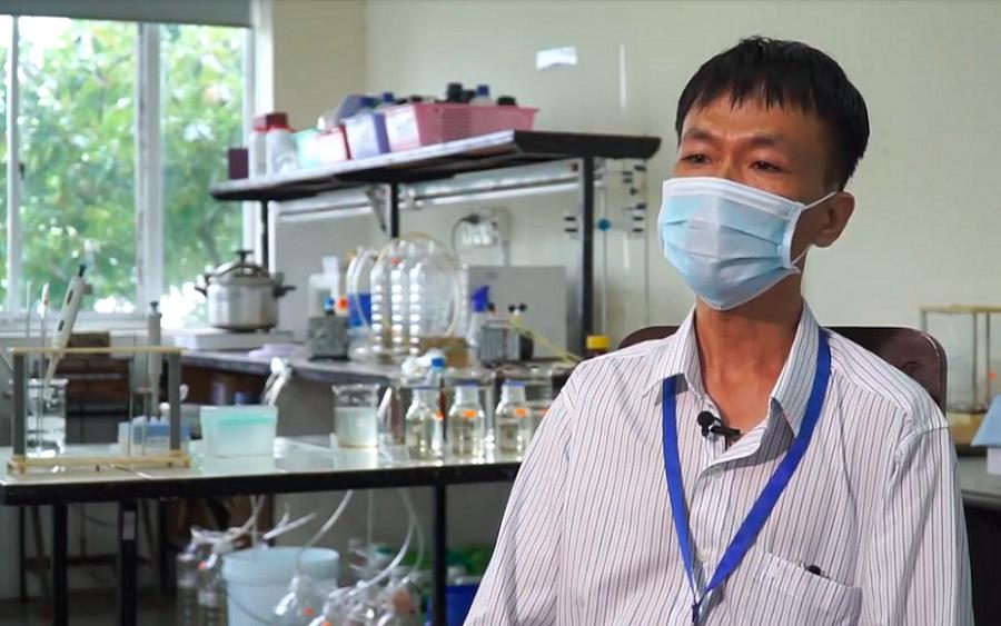 TS Lê Quang Tiến Dũng trong phòng thí nghiệm của Trường Đại học Khoa học Huế. Ảnh: NVCC