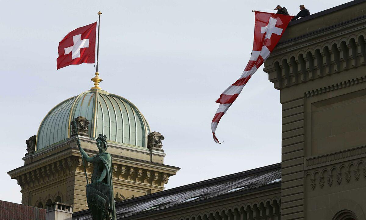 Cờ Thụy Sĩ bay trên nóc tòa nhà quốc hội ở thành phố Bern vào tháng 11/2015. Ảnh: Reuters.