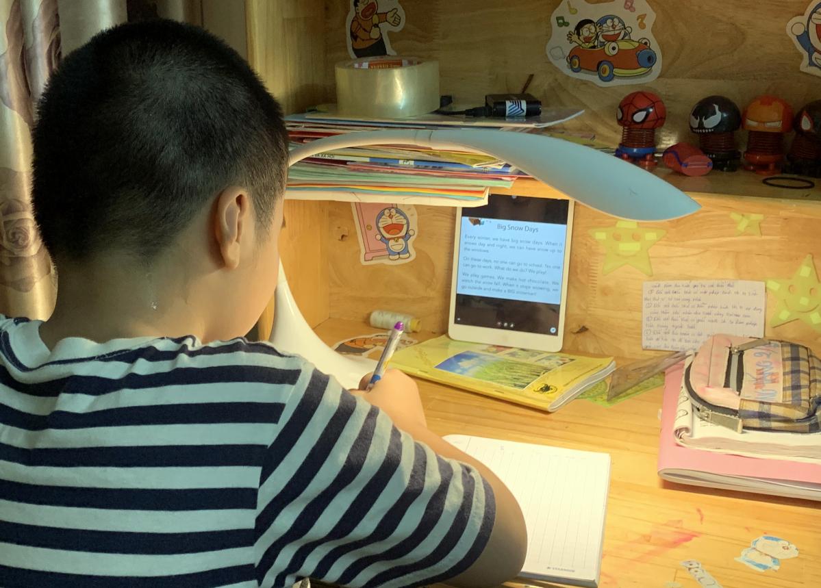 Học sinh lớp 3 trường Tiểu học Hồng Hà (quận Bình Thạnh, TP HCM) học trực tuyến tại nhà tháng 8/2021. Ảnh: Phụ huynh cung cấp