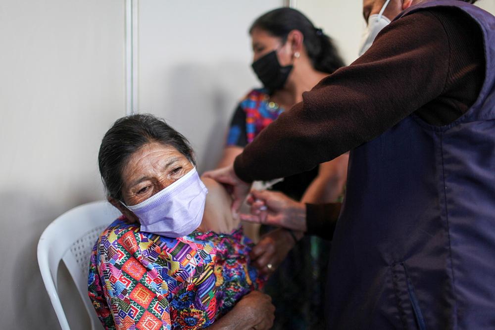 Nhân viên y tế tiêm vaccine Covid-19 cho một phụ nữ ở thị trấn Sumpango, Guatemala hồi tháng 8. Ảnh: Reuters.